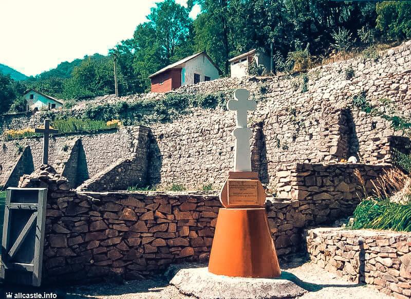 Рядом с Космо-Дамиановским монастырем