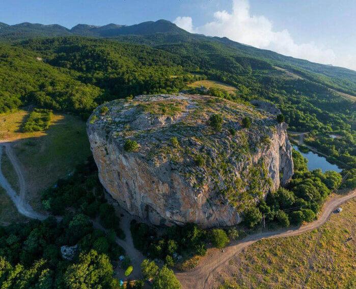 Скала Красный Камень (Крым)