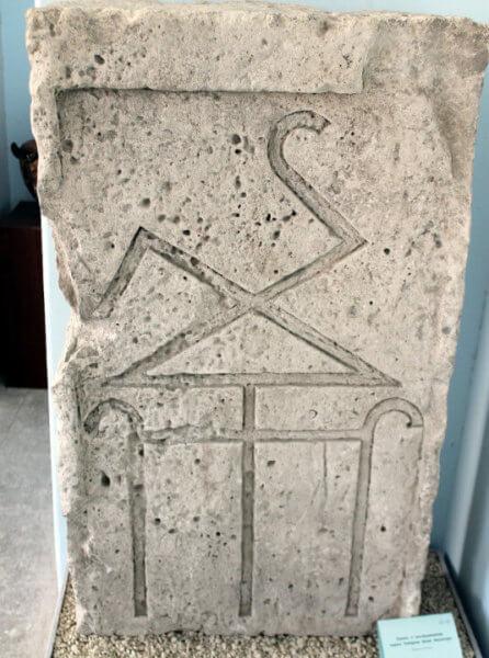 Фамильный знак Тиберия Юлия Эвпатора - лапидарий Керч
