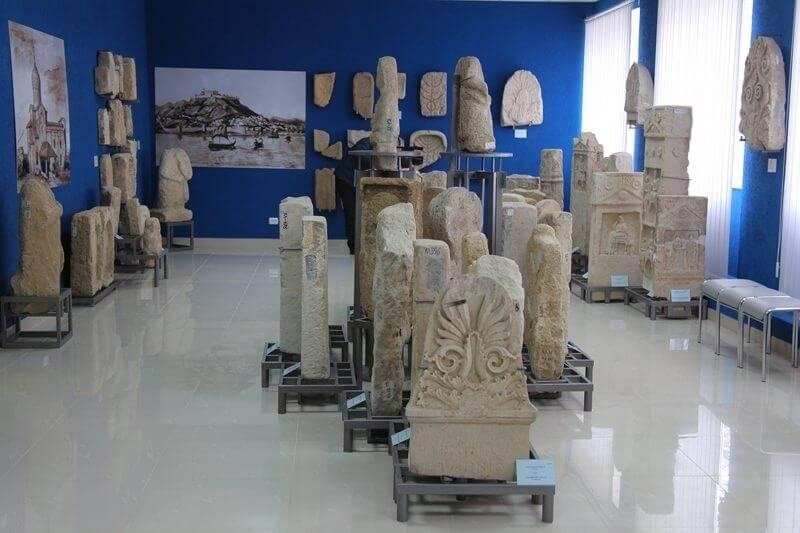 Экспонаты Лапидария