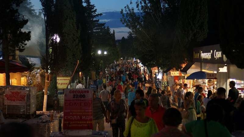 Вечер в Кипарисовой алее Судака