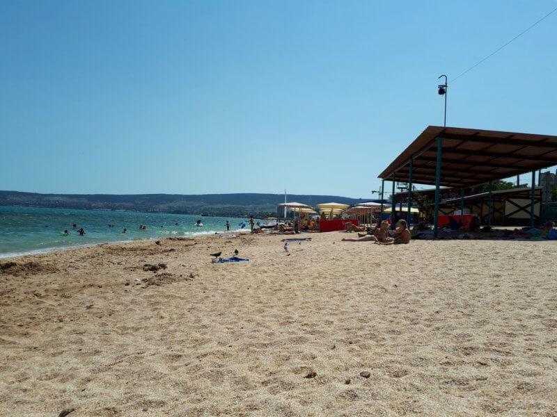 На фото песчаный пляж Баунти в Феодосии