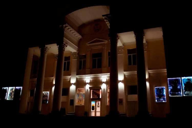 Вечернее фото кинотеатра Крым