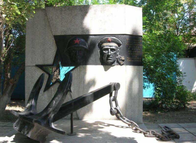 Памятник бесстрашный матрос и солдат