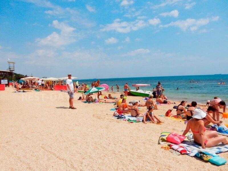 На фото пляж Баунти в Феодосии