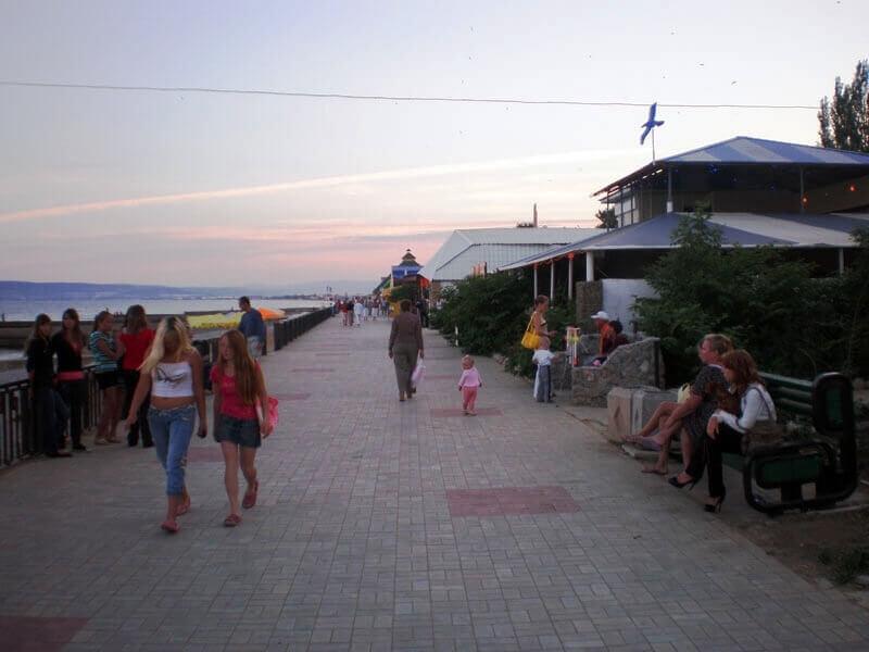 Набережная поселка - вечернее фото