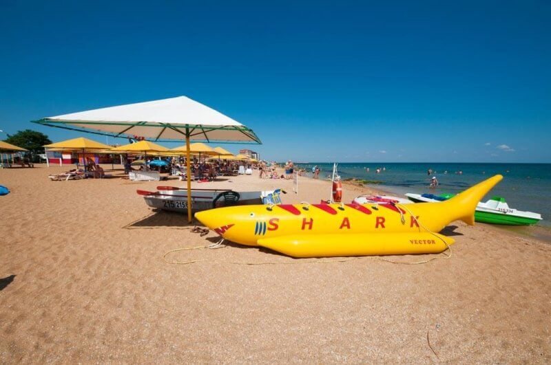 Волные развлечения на золотом пляже