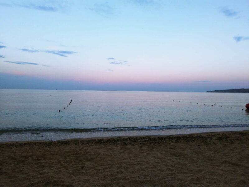 Закат на золотом пляже