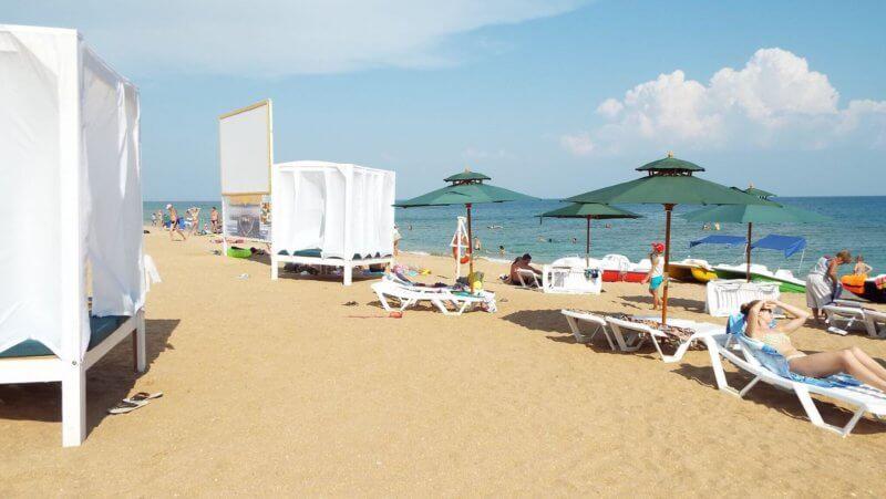 На фото золотой пляж в Феодосии