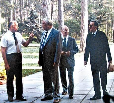 Михаил Горбочев на прогуоке по даче в Форосе
