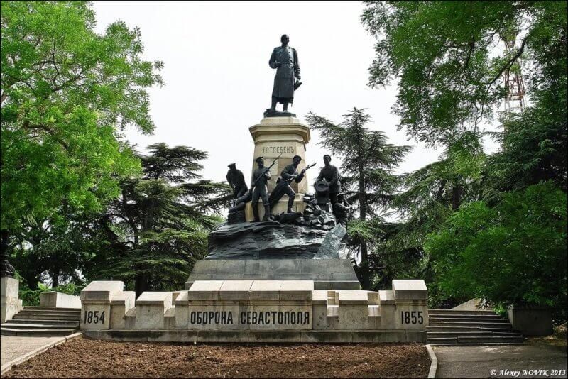 Памятник обороне Севастополя на историческом бульваре