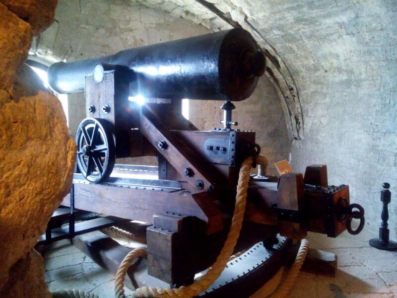 Экспонаты и боевые орудия в музее Михайловская батарея