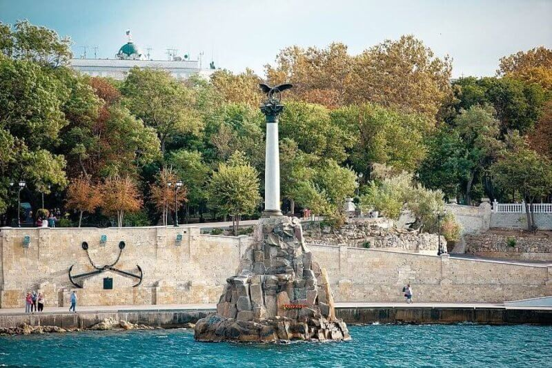 Памятник затопленным кораблям в Севастополе - вид с моря