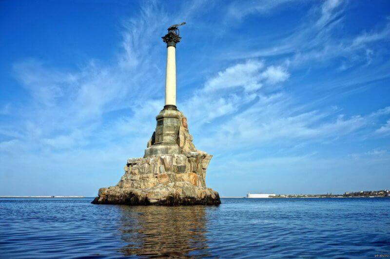 Фото памятника затопленным кораблям в Севастополе