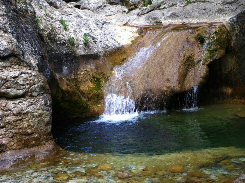 Горая холодная вода стекает в ванную молодости