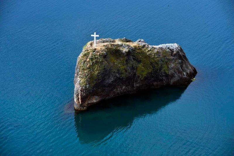 Мраморный крест на Георгиевской скале