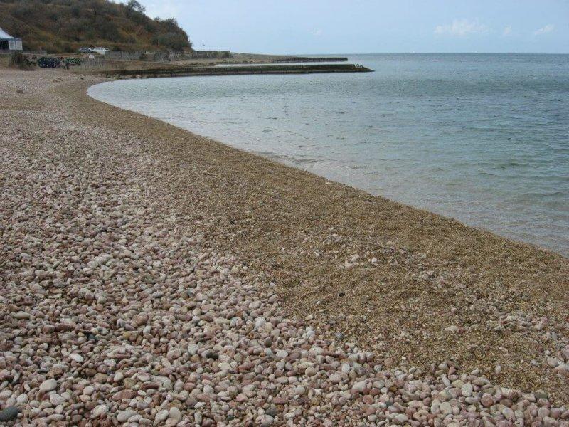 Песчаный берег пляжа Толстяк