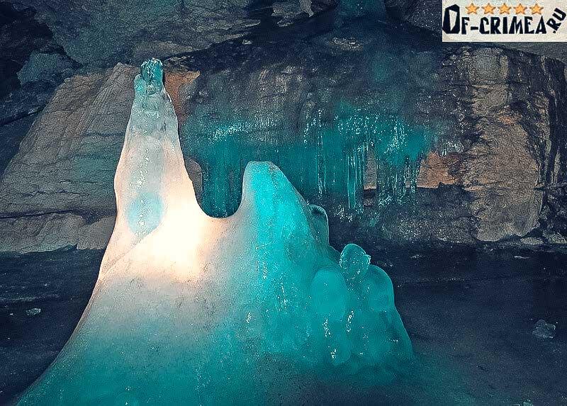 Глыбы льда в пещере Трёхглазке