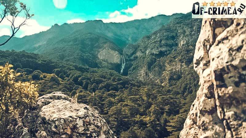 На горизонте водопад Учан-Су