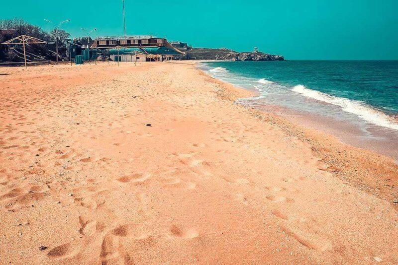 Пляж у берега азовского моря в Крыму
